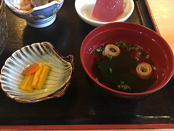 津島やすらぎの里 レストラン/たちから丼の味噌汁と漬物