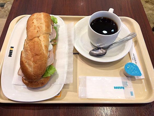 ドトールコーヒーショップ/DOUTOR COFFEE 築地聖路加通り店/ミラノサンドC スモークチキンと半熟たまご ~味噌ジンジャーソース~ + ブレンドコーヒー